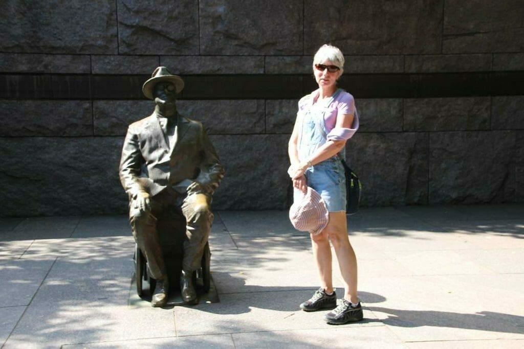 Sculpture of Roosevelt in his wheelchair